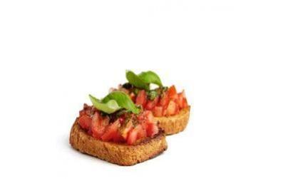 Підсмажений хліб (bruschette) з помідорами і базиліком